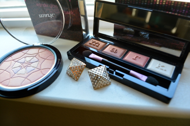 mark. The Day Eye Pallet and mark. Wonder Glow Mosaic Powder For A Shimmery Neutral Look